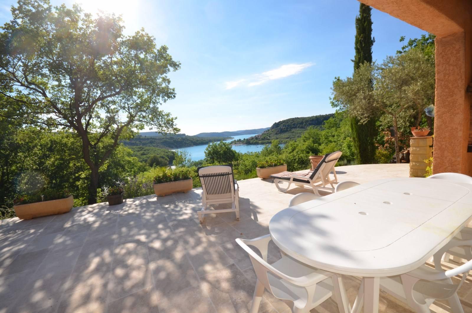 Location Location saisonnière de gîte T4 en villa LES SANGLIERS avec terrasse vue sur le lac et le village de Bauduen
