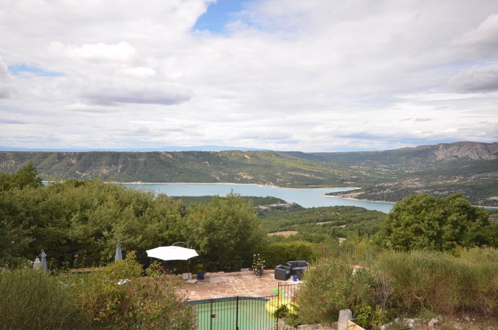 Vue sur la piscine et le Lac de Sainte-Croix de la terrasse