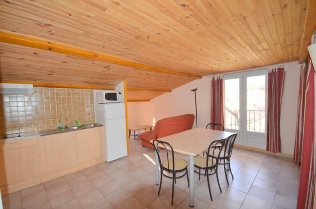 Location Location saisonnière de gîtes en appartement T1/2 ROMARIN à proximité immédiate du village de Bauduen à 200 m du lac et de ses plages.