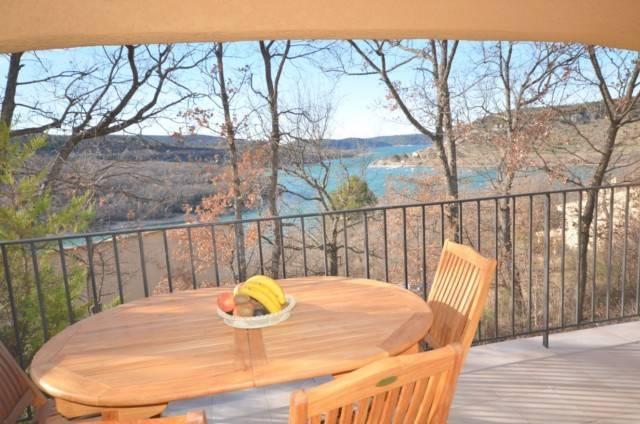 Location Location saisonnière de gîtes en appartement T3 LAVANDIN avec terrasse et vue sur le lac à 200 mètres des premières plages de Bauduen