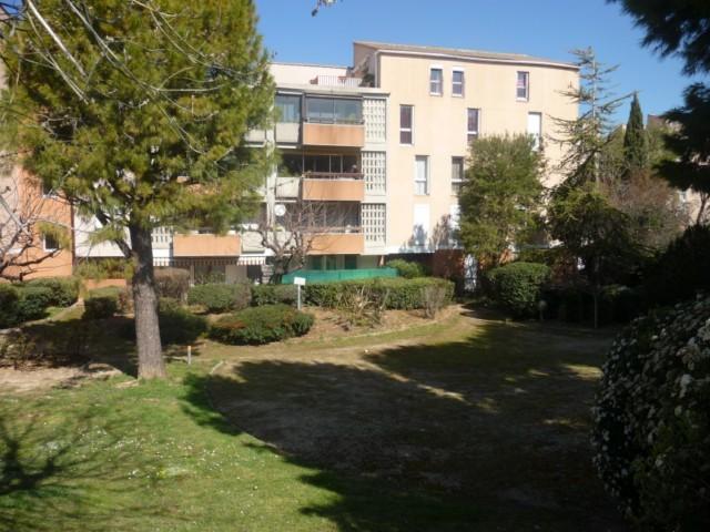 Location Appartement T2 PLAN DE CUQUES AU COEUR DU VILLAGE A LA LOCATION -  RESIDENCE PROCHE DES COMMERCES - REZ DE JARDIN EXPOSE SUD - FACILITE STATIONNEMENT