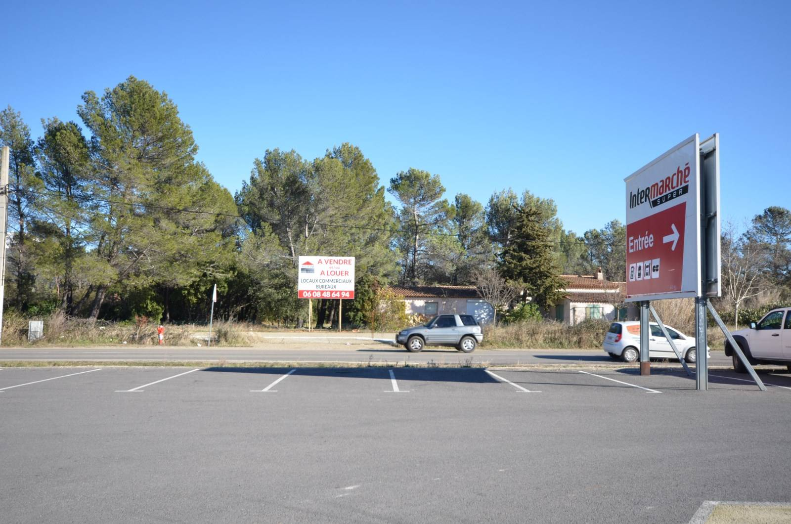 Vente LOCAUX COMMERCIAUX  AUPS 83 FACE A INTERMARCHE SUR 1 500m² GRAND PARKING