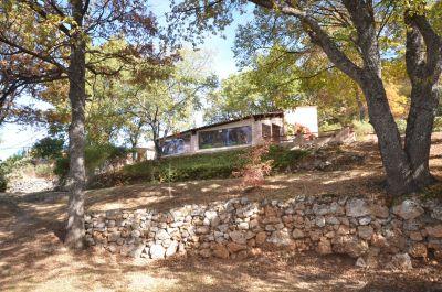 Vue de la villa et de son terrain en restanques